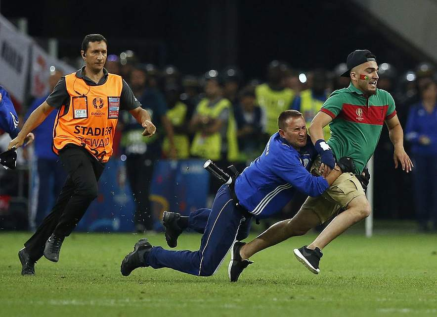 Das Thema Sicherheit schwebte stets über dem Turnier in Frankreich. Immer wieder gelang es einigen Fans, aufs Spielfeld zu kommen. Foto: Horcajuel
