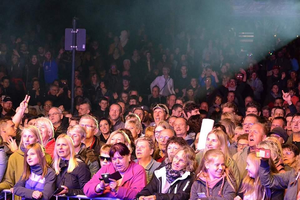 Das Publikum ist ganz aus dem Häuschen.