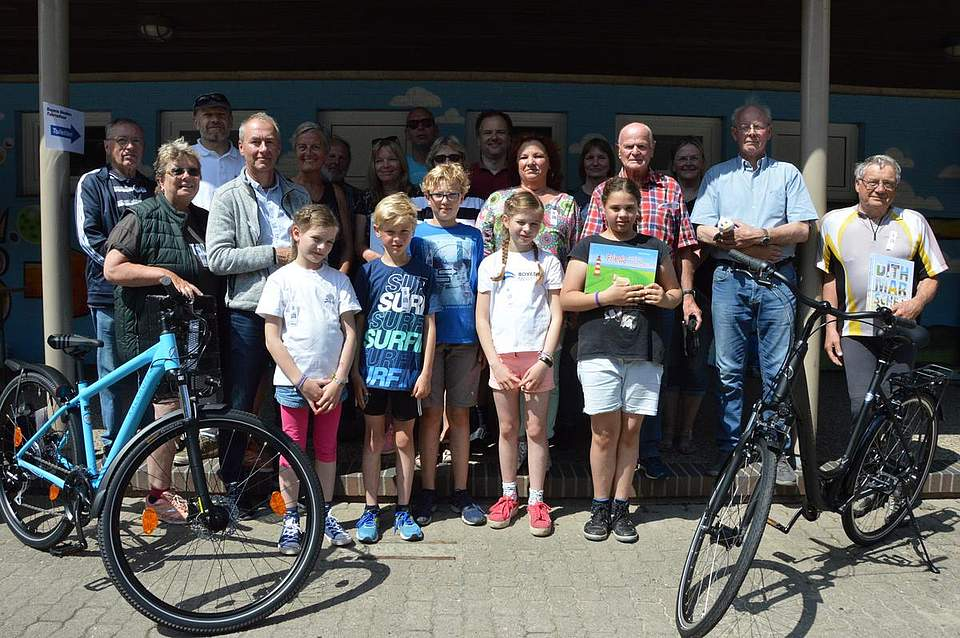 Glückliche Gewinner freuten sich zum Abschluss der Tour über ihre Preise. Zu gewinnen gab es unter anderem zwei Fahrräder.