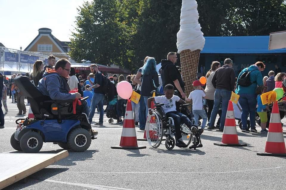 Auch Besucher mit Handicap hatten Spaß bei der Veranstaltung, die mit vielfältigen Aktionen aufwartete. Foto: Voß