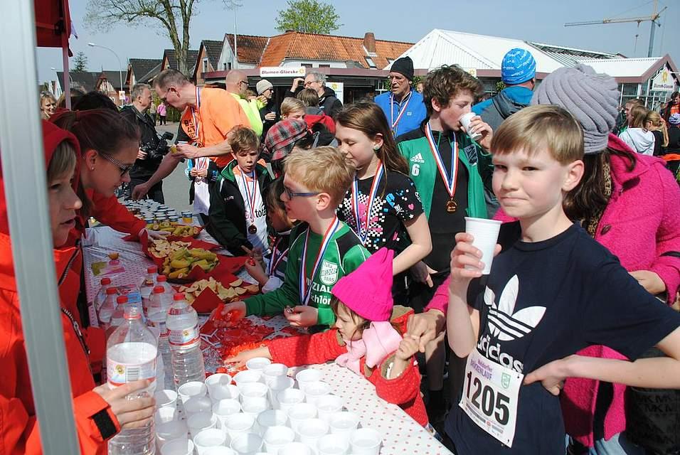 Eine Erfrischung und ein Stück Obst erfreute die Läufer nach den Strapazen.