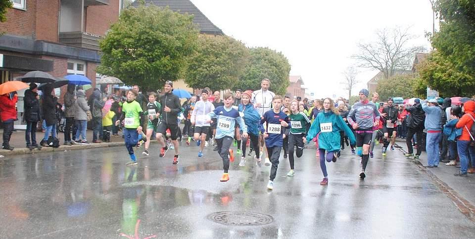 Flotten Schrittes gehen die Läufer nach dem Start auf die 6 und 9 Kilometer lange Strecke beim Brückenlauf. Foto: Geschke