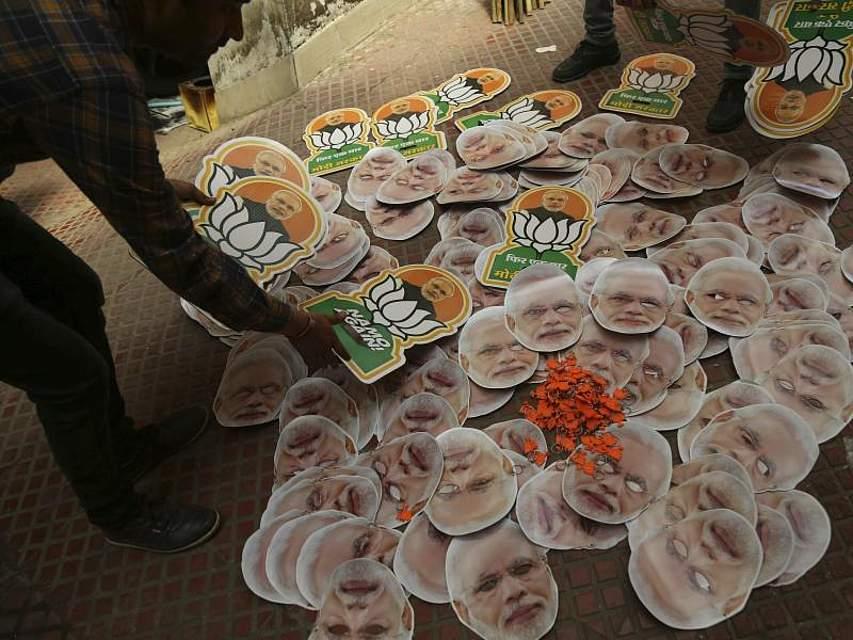 Kurz vor den Wahlen in Indien wird Wahlkampfmaterial einer Partei vorbereitet. Die Parlamentswahl soll in sieben Phasen vom 11. April bis zum 19. Mai stattfinden. Foto: Channi Anand/AP