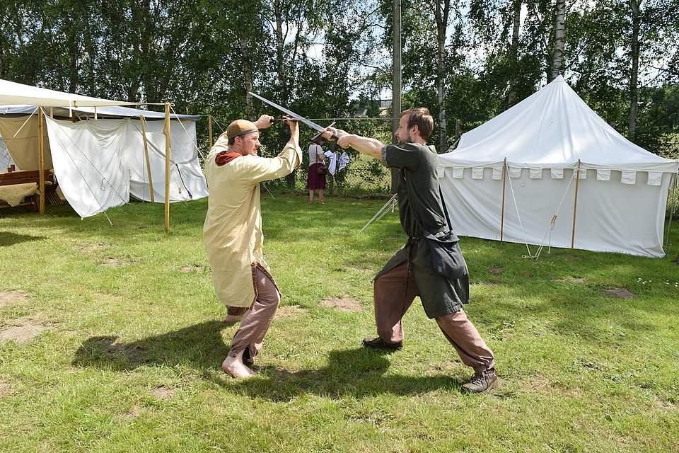 Übungen im Schwertkampf. Foto: Büsing