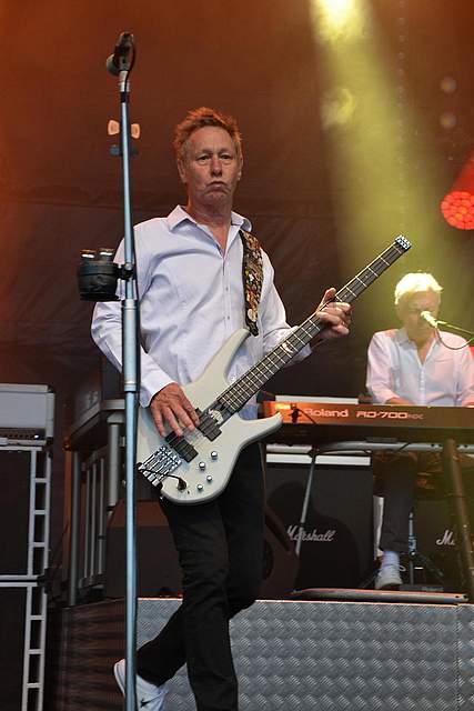 "Gut drauf: Status-Quo-Bassist John ""Rhino"" Edwards. Foto: Voß"