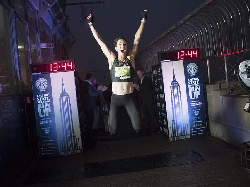 So sieht Freude aus:Die Australierin Suzy Walsham gewinnt den diesjährigen Empire State Building Run-Up; das bekannteste Treppenlauf-Wettrennen weltweit. Foto: Mary Altaffer/AP