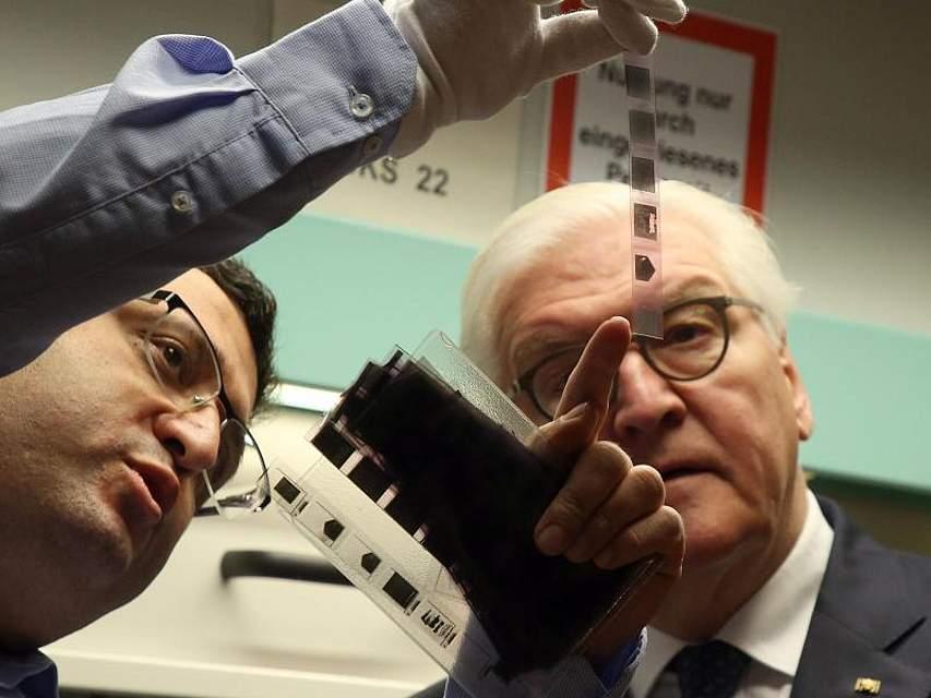 Am 30. Jahrestag der Erstürmung der Stasi-Zentrale in Berlin-Lichtenberg besucht Bundespräsident Frank-Walter Steinmeier das Stasi-Unterlagen-Archiv und lässt sich von einem Mitarbeiter Unterlagen auf einem Mikrofilm erklären. Foto: Wolfgang Kumm/dpa