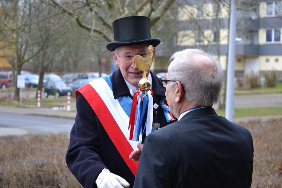 Kreispräsident Hans-Harald Böttger begrüßt vorm Kreishaus Joachim Kossin.