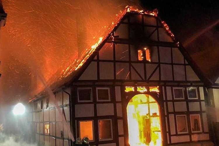 Die Einsatzkräfte konnten nur noch ein Übergreifen der Flammen verhindern: Bei einem Feuer im nordrhein-westfälischen Lügde ist ein Fachwerkhaus komplett ausgebrannt. Foto: -/Freiwillige Feuerwehr Lügde/dpa