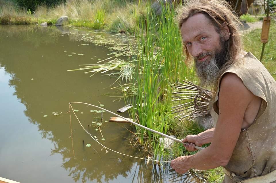 Archäologe Chris Pallasch beim Angeln.