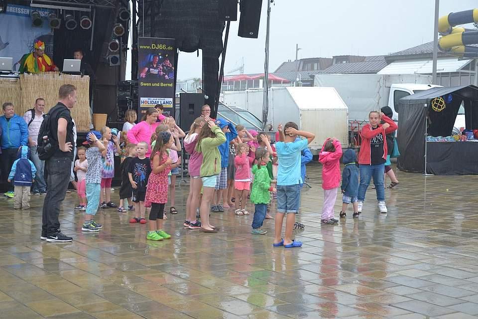 Kinderdisco: Die kleinen Gäste lassen sich vom Regen nicht beeindrucken.