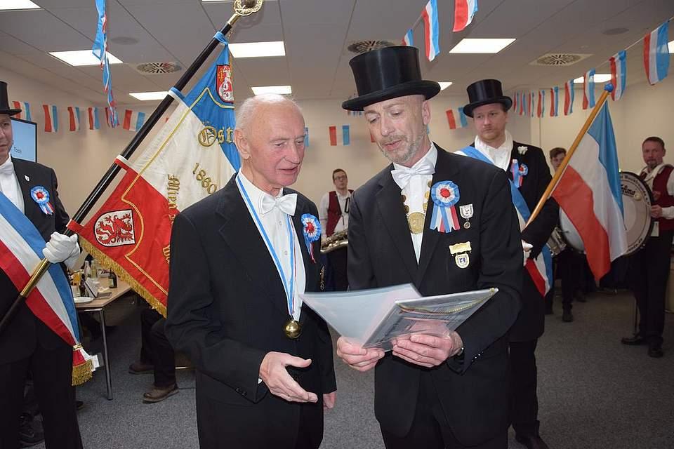 Treuer Eggenbruder: Reinhold Frahm wird vom 1. Föhrer Thies Pohlmann für 60 Jahre Mitgliedschaft geehrt.
