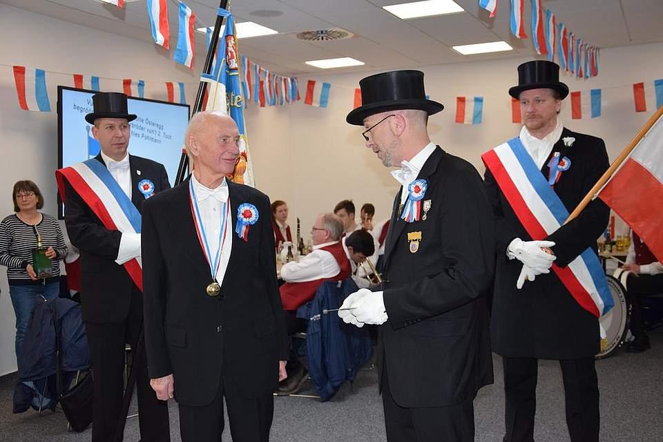 Der 1. Föhrer Thies Pohlmann ehrt Reinhold Frahm für 60 Jahre Mitgliedschaft.