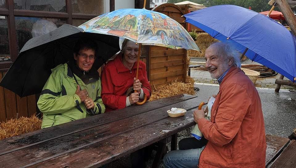 Ohne Regenschirm geht am Sonnabend erst einmal gar nichts. Foto: Höfer