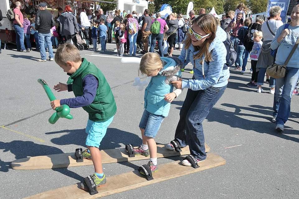 Schritt zu halten ist nicht immer einfach: Emil (5), Emma (6) und Nicole Goschau aus Krempe auf einem Laufski. Foto: Voß
