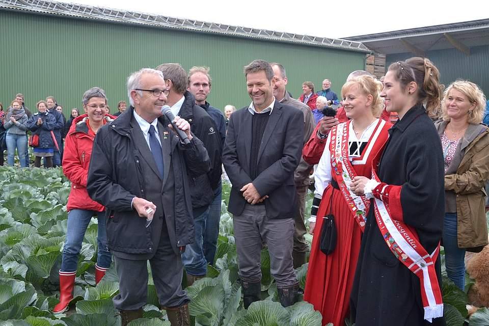 Beim Kohlanschnitt mit Kreispräsident Hans-Harald Böttger auf dem Acker.