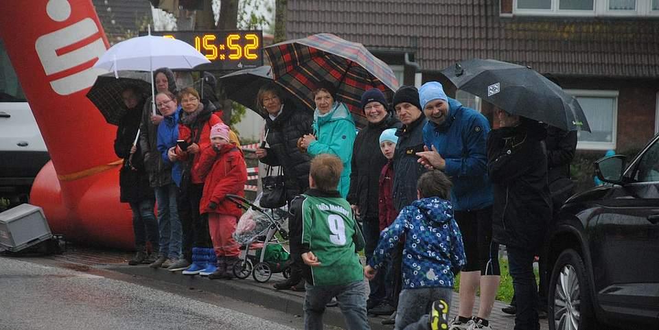 Freunde, Familie und Fans feuern die Läufer kurz vor dem Ziel an.