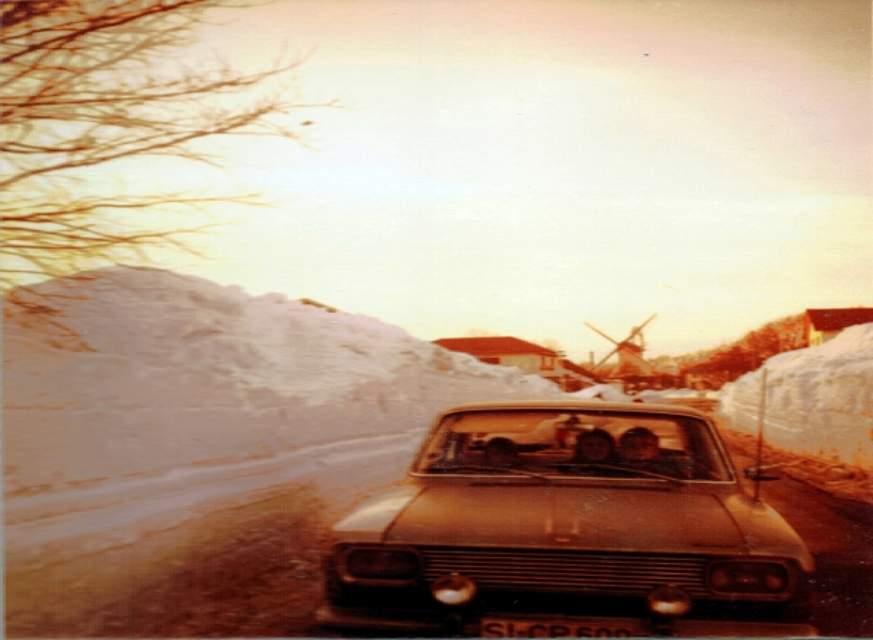 In der Nähe von Büsum geht es mit dem Auto durch meterhohe Schneewehen. Foto: K.-H. Schal