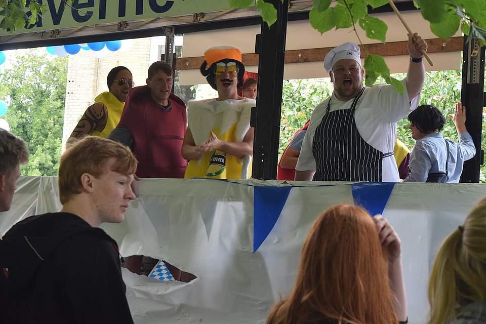Der Koch und seine Zutaten in der MTV-Taverne. Foto: Büsing