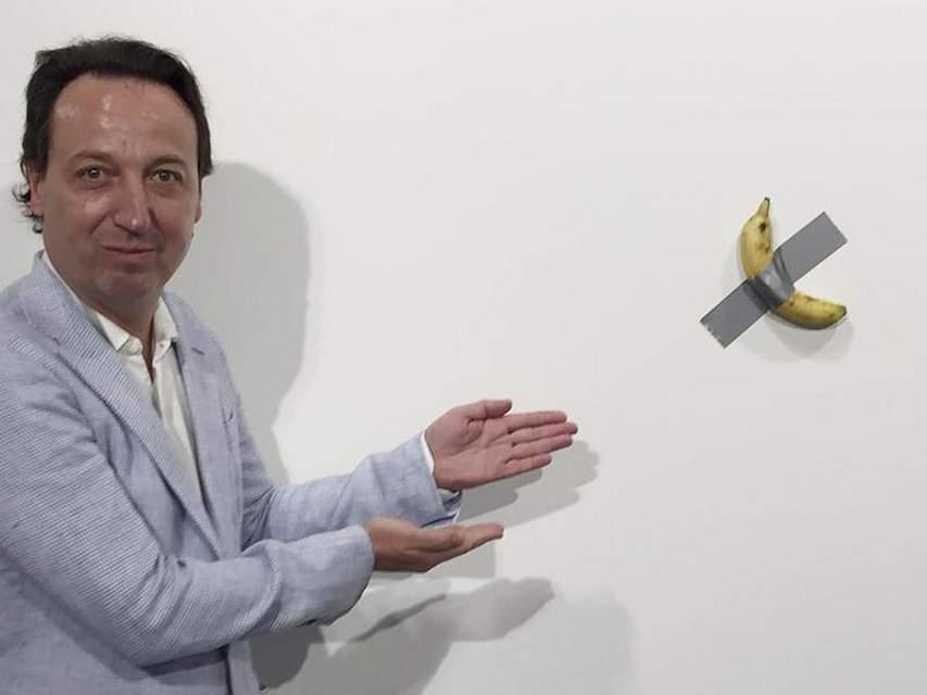 Besucher der Kunstmesse in Miami trauen ihren Augen nicht, als Aktionskünstler David Datuna eine 120.000 Dollar teure Installation vom Galeristen Emmanuel Perrotin verspeist. Konsequenzen muss der «Hungry Artist» nicht fürchten. Foto: Siobhan Morrissey/AP/dpa