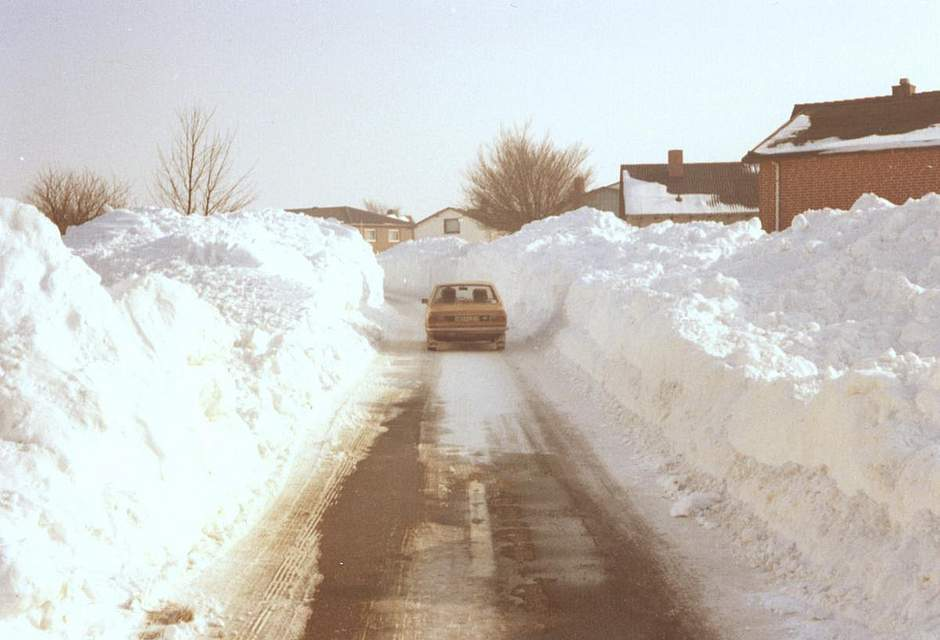 Das Foto von Volker Buttgereit aus Büsum zeigt die Ortsdurchfahrt von Westerdeichstrich im Februar 1979.