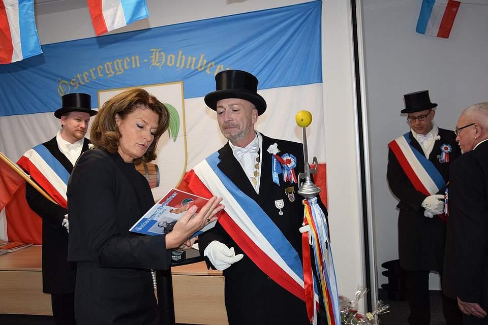 Thies Pohlmann bedankt sich bei Verlegerin Inken Boyens für die freundliche Aufnahme und die traditionelle Verbundenheit mit der Österegge.