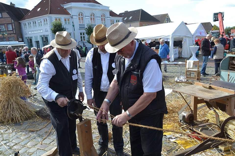 Meldorfer Kohlvergnügen: Seiler von der Dreschgemeinschaft Schwesing-Olderup zeigen, wie früher Seile gedreht werden.
