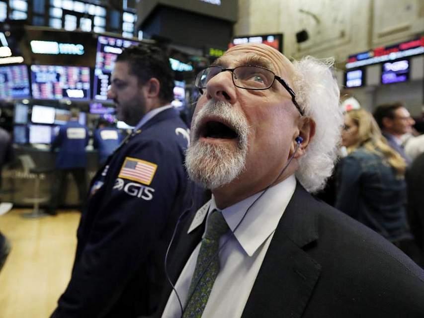Erschrocken schaut ein Händler an der New Yorker Börse auf eine Anzeigentafel. Die Wall Street hat einen ihrer bisher schlimmsten Tage im Jahr 2018 erlebt. Die Zeichen standen auf Ausverkauf. Foto: Richard Drew/AP