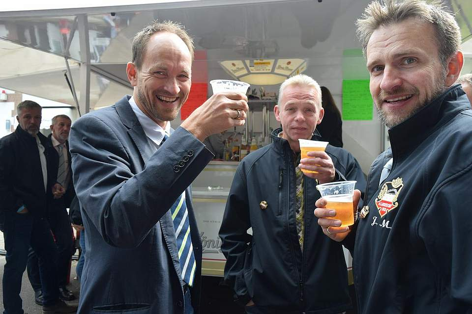Das erste (offizielle) Bier während des Volksfestes. Foto: Büsing