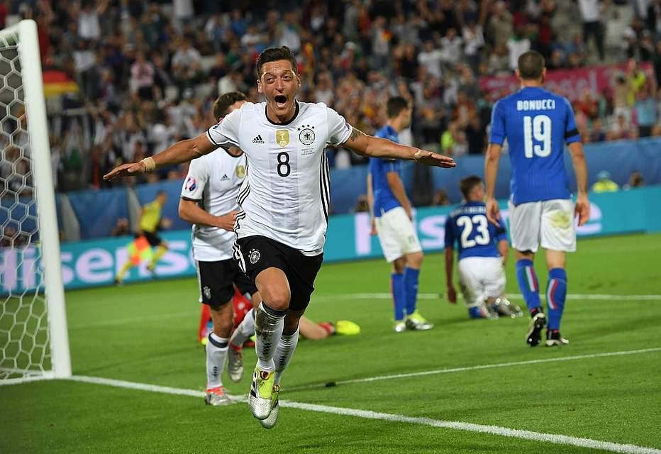 Mesut Özil nach seinem Tor gegen Italien. Foto: Dedert