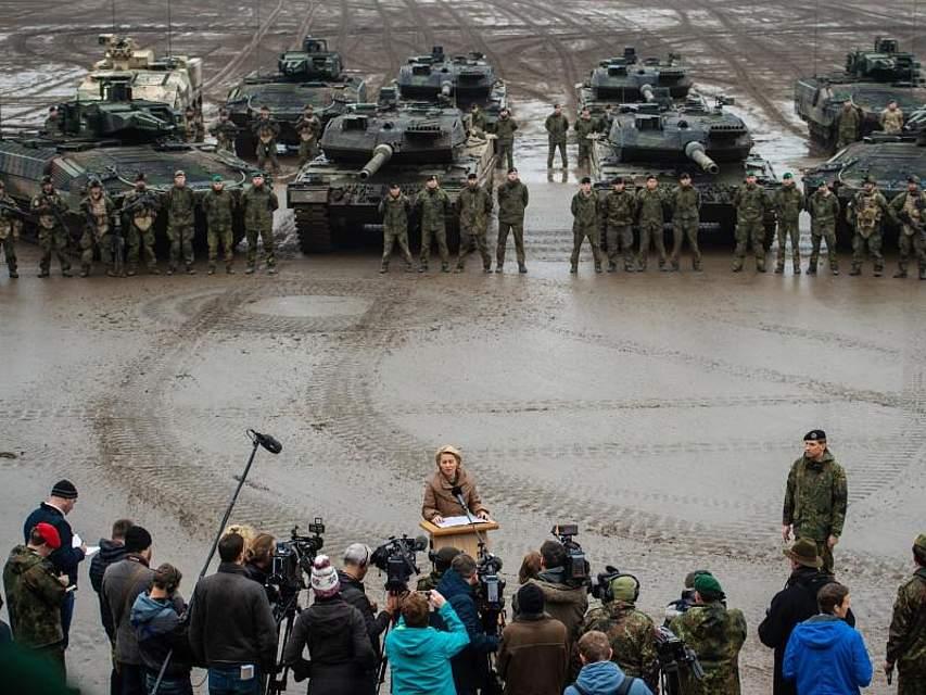 Panzer und Soldaten stehen hinter Ursula von der Leyen. Die Verteidigungsministerin besucht das Ausbildungszentrum der Bundeswehr im niedersächsischem Munster. Foto: Philipp Schulze