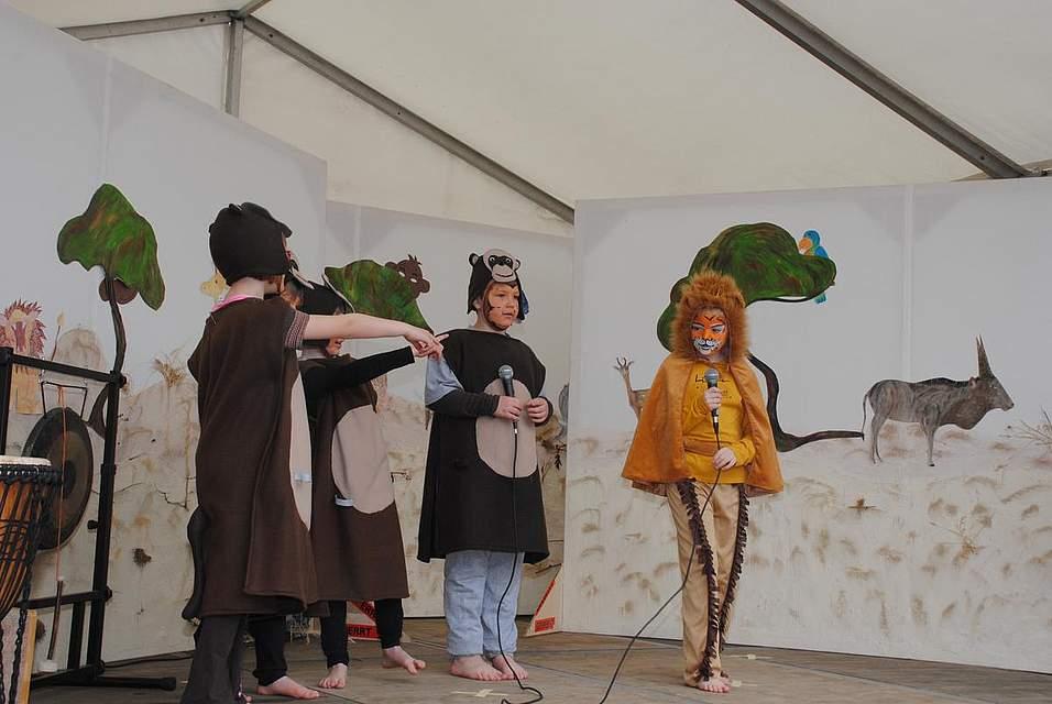 """Die zwölf Kinder der Sprachintensivmaßnahme Lautstark führte das Musical """"Der Löwe, der nicht schreiben konnte"""" auf."""