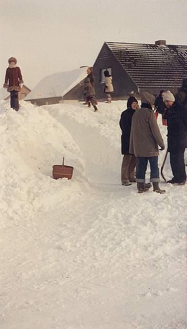 """Das von Hans-Jürgen Biel eingesandte Foto zeigt eine gewaltige Schneewehe an der Boy-Albers-Straße in Meldorf. In besonderer Erinnerung geblieben ist ihm: """"Eine Riesenschneewehe im Vorgarten, die bis auf die Straße reichte; diese wurde unpassierbar. Die Leute gewöhnten sich an, über einen Trampelpfad weiterzukommen. Die Kinder rodelten."""""""