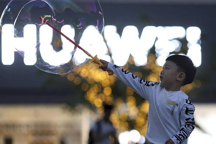 Die USA haben die strengen Maßnahmen gegen den chinesischen Telekom-Ausrüster Huawei vorerst gelockert. Foto: Ng Han Guan, AP