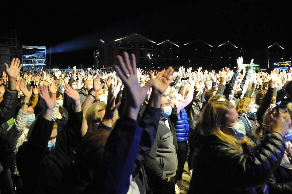 Das Publikum ging während des Konzerts von DJ Bobo ausgelassen mit und feierte seinen Star. Foto: Voß