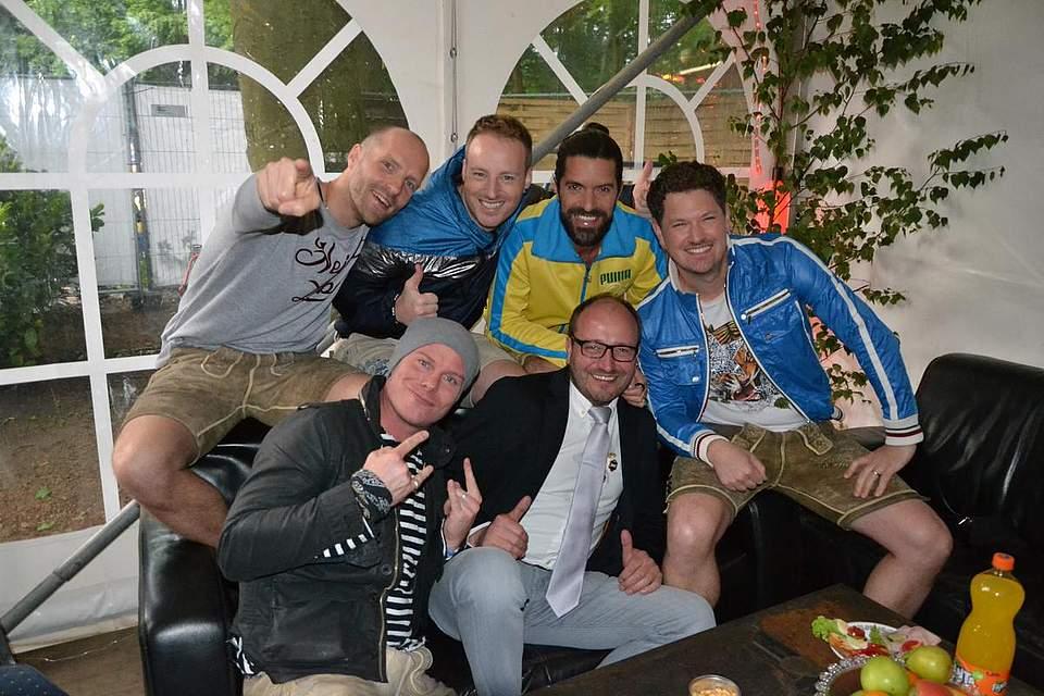 Gruppenbild mit Voxxclub: Stefan Raaflaub (hinten von links), Christian Schild, Michael Hartinger, Florian Claus, Korbinian Arendt (vorne links) und Jörg Sticken vom Volksfestverein.