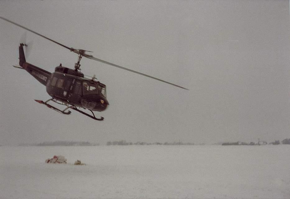 Zu seinem Foto schreibt Dierk Reimers aus Wesselburen: Unser Hof war von Schnee eingekreist. Wir konnten eine Woche lang nur zu Fuß den Hof verlassen. Wir hatten 150 Schweine und kein Futter mehr. Firma Stöfen hat uns das Futter per Hubschrauber gebracht.