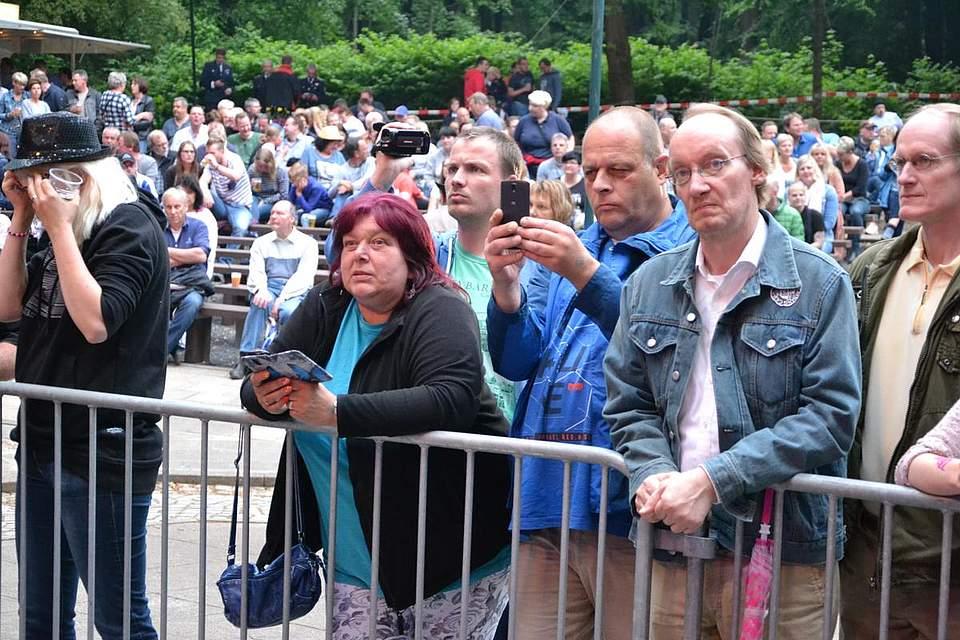 Textsicher: Abba-Fans an der Bühne.