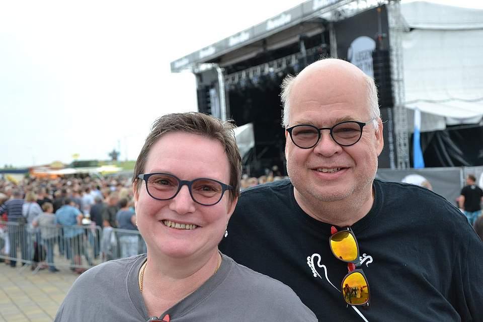 Roland und Heike Hardy waren extra aus Düsseldorf angereist, um in Büsum ihr 99. Status-Quo-Konzert zu besuchen. Fast wäre Büsum das 100. Konzert gewesen, doch im vergangenen jahr war ein Quo-Konzert in Düsseldorf ausgefallen. Foto: Voß