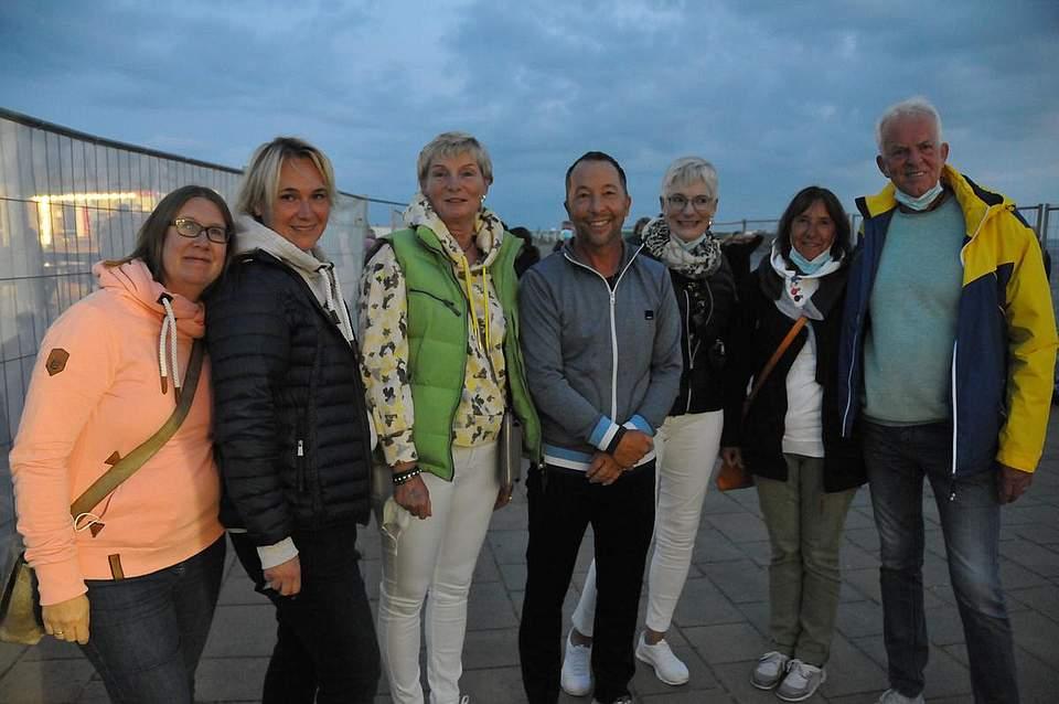 Die Gewinner der Boyens-Medien-Verlosungsaktion mit ihren Star (von links): Sandra Tiedemann, Annika Stoffers, Gesa Claußen, René Baumann, Inke Jessen-Niekelski sowie Sabine und Gesa Claußen. Foto: Voß