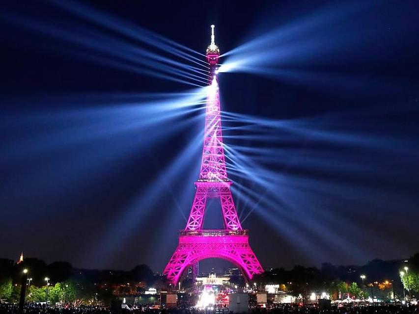 Eine Lichtshow zum 130-jährigen Bestehen lässt den Eiffelturm in Pink erstrahlen. Foto: Christophe Ena/AP
