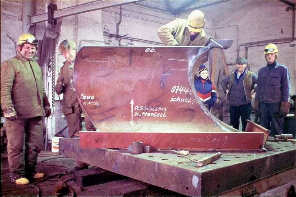 """Schneepflugbau in der Büsumer Werft. Karsten Wessels aus Nordhastedt schreibt zu seinem Foto: """"Ich war in der Zeit als Schiffbauer auf der Büsumer Werft tätig. In Nordhastedt bauten wir unser Haus. Zum Jahreswechsel arbeiteten wir fieberhaft an der Fertigstellung, um bald einziehen zu können. Am Sylvester-Tag 1978 war ich mit Fliesenlegearbeiten im Bad beschäftigt. Die Heizung lief, und es war wohlig warm auf der Baustelle. Während draußen der Schneesturm zunahm, arbeitete ich zügig weiter. Gegen 17 Uhr schaute ich raus und stellte fest, dass ich besser nach Hause (Osterwohld) fahre. Ich schaffte es gerade noch durchzukommen. Der PKW hatte nur auf der getriebenen Vorderachse M&S Winterreifen. Der Stromausfall in der Neujahrsnacht wurde mit Ofenheizung und Kerzen gut gemeistert. Nach Neujahr gab es kein Durchkommen nach Büsum. Wir hätten auch nicht arbeiten können, zu hoch war die Werft von Schneeverwehungen bedeckt. Eine Woche haben ortsansässige Kollegen die wichtigsten Arbeitsbereiche freigeschaufelt. Für die übrige Belegschaft galt Kurzarbeit. Es klingt fast wie eine Ironie, dass wir zu der Zeit Kühlschiffe bauten. In ungeheizten Schiffbauhallen bei minus 10 Grad mit Stahl zu arbeiten ist schon eine Herausforderung. Aber wir haben uns warm gearbeitet."""""""