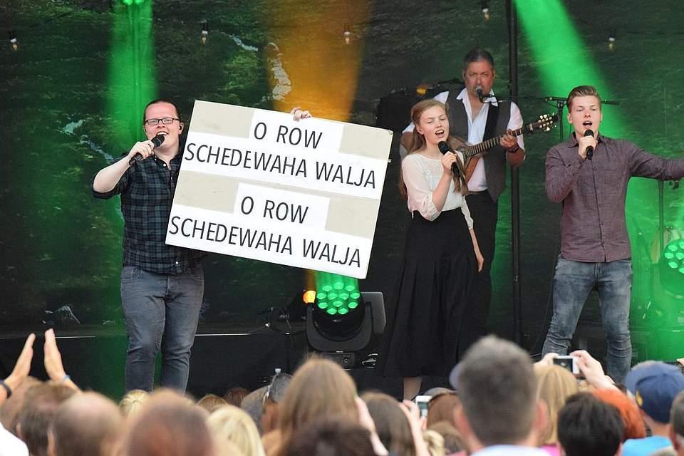 Nachhilfe in Gälisch gab es für einen Song, bei dem die Gesangskünste des Publikums gefragt waren. Foto: Müller