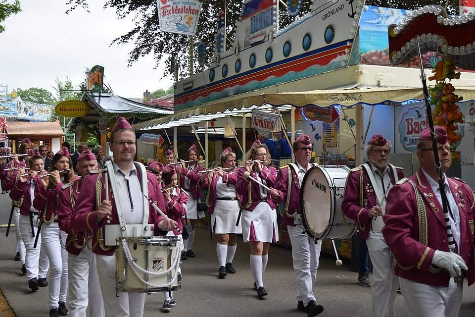 Den Eröffnungsrundgang des Volksfestvereins begleitet der Spielmannszug Nordhastedt. Foto: Büsing