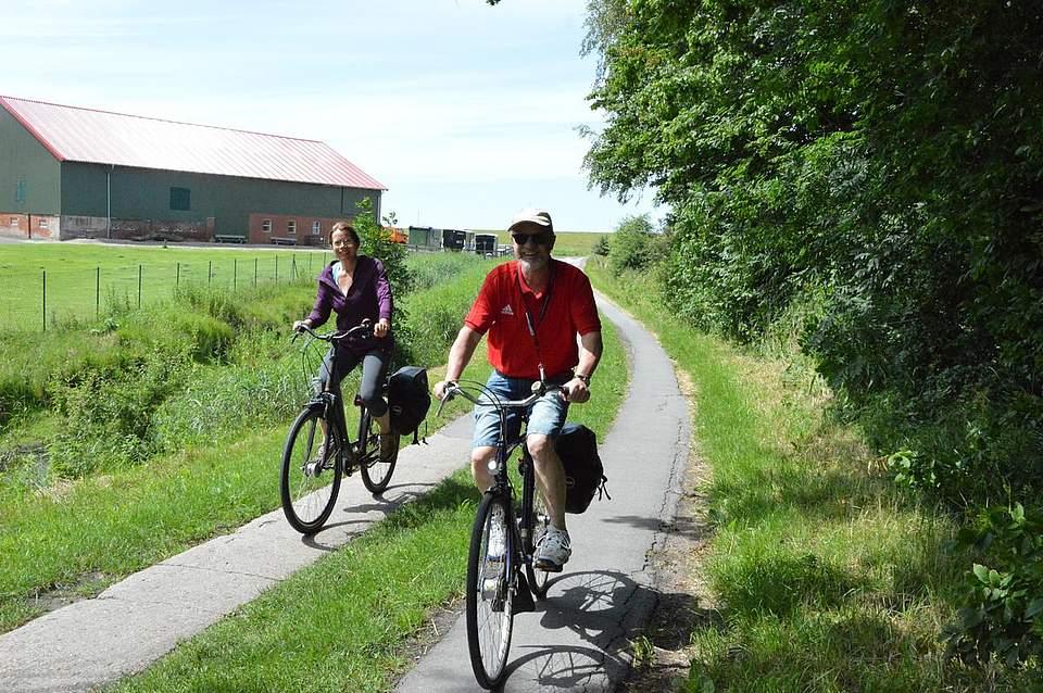 Fast geschafft: Zum Abschluss der großen Tour ging es am Eiderdeich entlang, bevor die Fahrradfahrer Richtung Lunden steuerten.