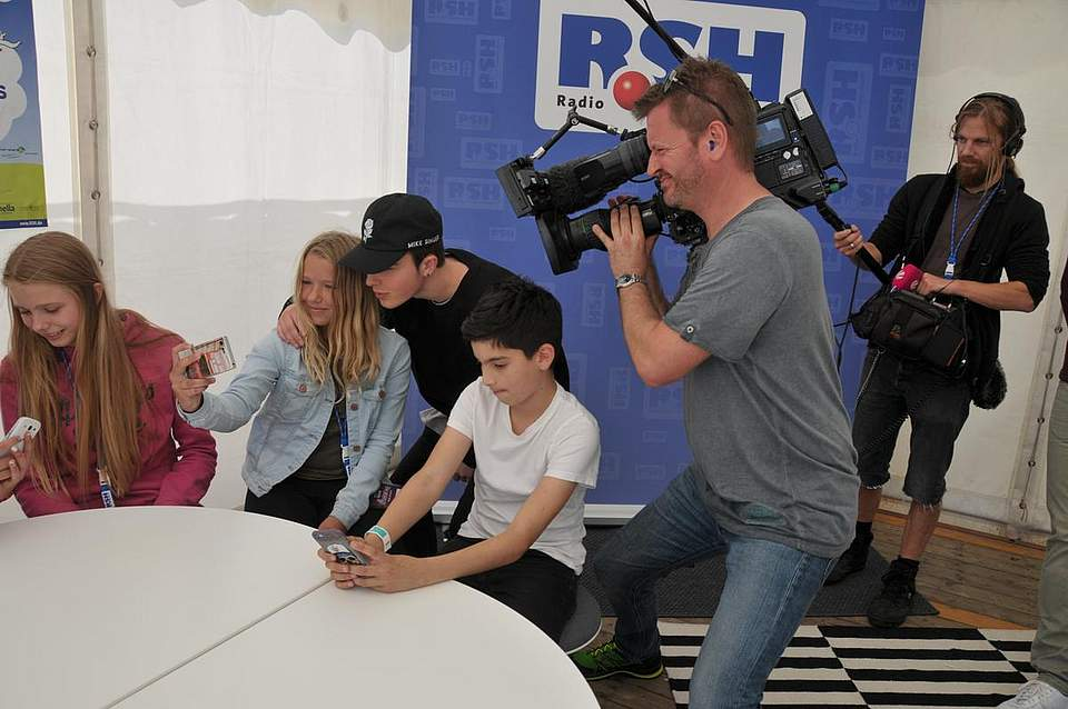 Ohne Selfie geht es nicht, ohne telegene Beobachtung auch nicht: Die Fans (von links) Iris Cenzolo (14) aus Weddingstedt, Svenja-Sophie Jessen aus Tönning und Phillip Haltermann (10) aus Kiel mit ihrem Idol Mike Singer (17). Foto: Voß