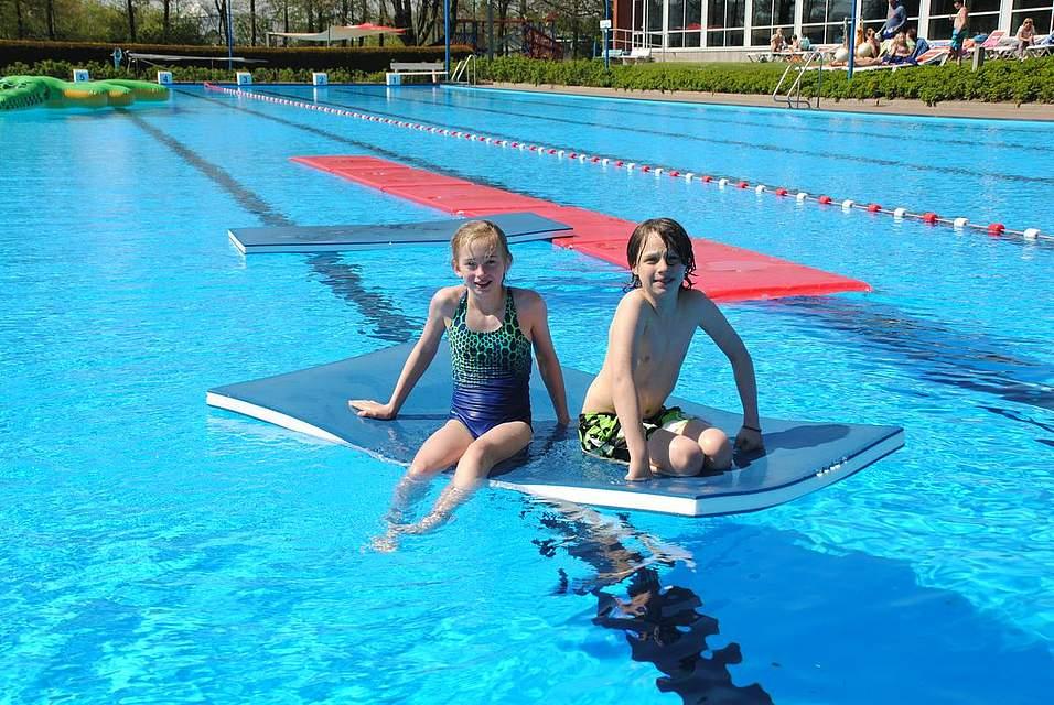 Trotz der 17,8 Grad Wassertemperatur hatten diese Kinder sichtlich ihren Spaß im Freibad.