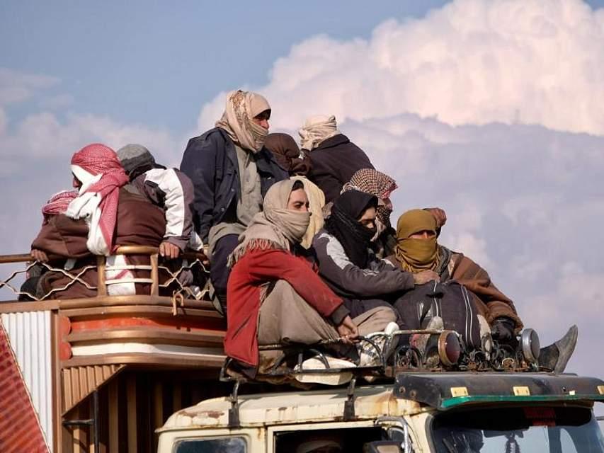 Auf einem Lastwagen der Syrischen Demokratischen Kräfte (SDF) werden Männer aus der umkämpften Region um das syrische Baghus gebracht. Dort haben sich die letzten Kämpfer der Terrormiliz IS verschanzt. Foto: Rojava Information Centre