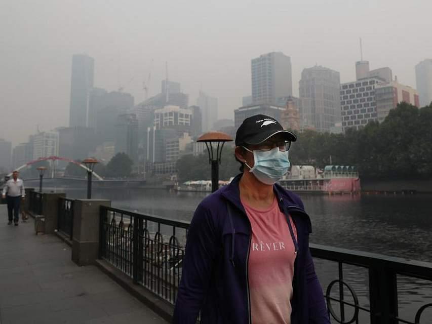 Ein Mann trägt wegen der durch den Rauch der Buschbrände verschmutzten Luft in Melbourne eine Atemschutzmaske. Kurz vor den Australian Open ist die Luftqualität in der Stadt rekordverdächtig schlecht. Foto: David Crosling/AAP/dpa