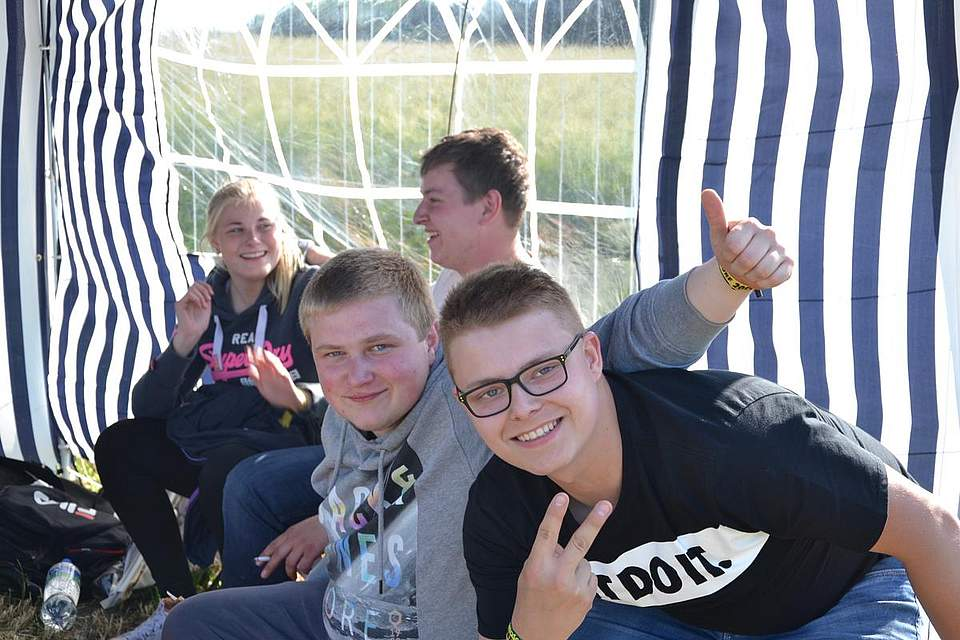 Partyspaß auf der Wiese der Landjugendfete in Arkebek.